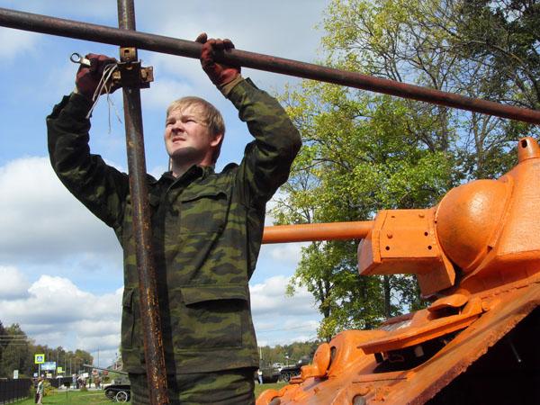 Боевую машину обслуживает волонтёр Александр Буйлов