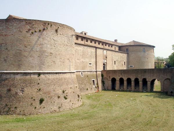 Крепость Малатеста с гербом Сфорца