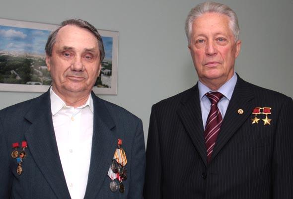 С лётчиком-космонавтом, Дважды Героем Советского Союза Владимиром Аксёновым (Фото В. Нестерова)