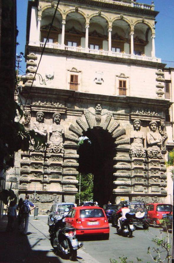 Ворота с однорукими маврами в Палермо