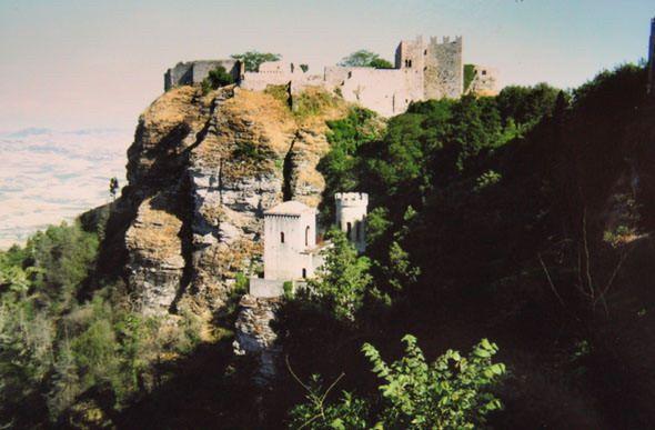 Крепость Эриче построили на вершине скалы