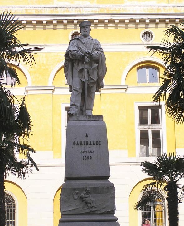 Памятник Гарибальди на площади Гарибальди