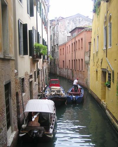 По узкой улице - на лодке